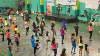 Se trabajaron distintos circuitos de entrenamiento funcional en forma individual, en parejas y en grupos.