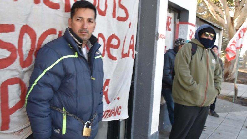 Alejandro Lugo decidió encadenarse ayer en el acceso al edificio municipal