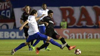 Román Martínez disputa el balón en el partido ante Nacional de Uruguay jugado anoche en Montevideo.