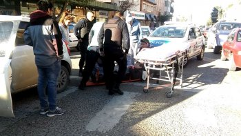 una senora fue hospitalizada tras ser embestida por un auto