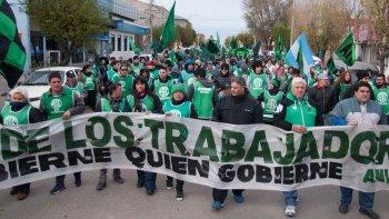 La columna de manifestantes de ATE, encabezada por Alejandro Garzón, marchó ayer por calles de Río Gallegos repudiando la represión de Gendarmería.