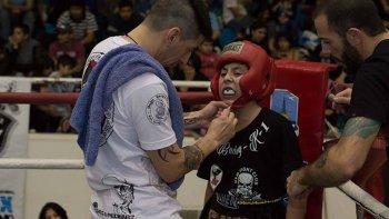 Darío Achaval y Juan Ramírez en la esquina del niño Sebastián Pardo, que este sábado será parte del festival de combates en Puerto Madryn.