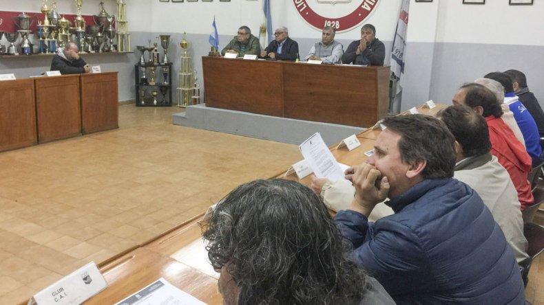 Presidentes de todos los clubes estuvieron presentes en la reunión de anoche en la Liga de Fútbol.