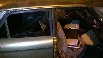 La policía de la Seccional Séptima sorprendió a Jorge Nieves con el botín en el interior del Ford Falcon. Los sospechosos estaban acompañados por un niño de corta edad.