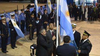 El intendente Prades junto a otras autoridades durante el izamiento del pabellón nacional.