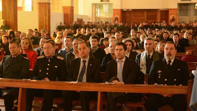 Carlos Linares junto a su gabinete y autoridades castrenses al participar ayer del Tedéum en la Catedral.