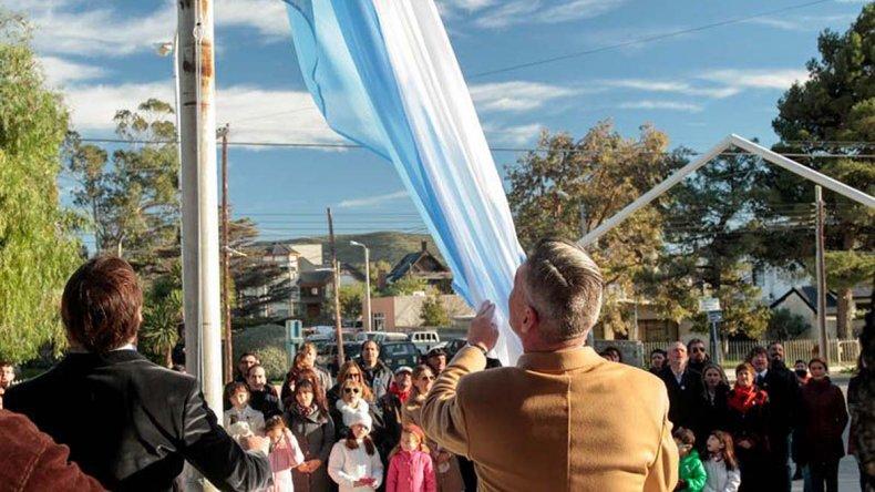 El intendente y el vicegobernador izan la bandera en el inicio de la ceremonia.