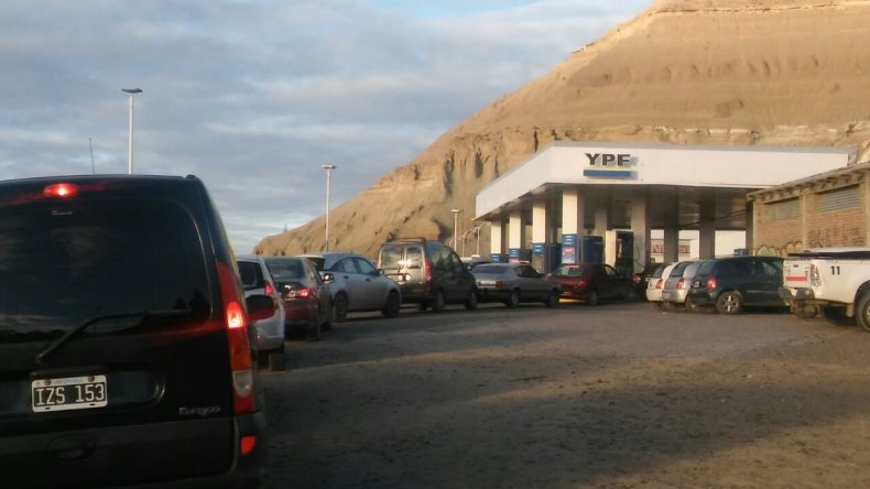 Se registran largas colas de vehículos en las estaciones de servicio