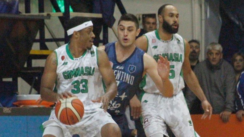 Shaquille Johnson con el balón marcado por Emiliano Basabe