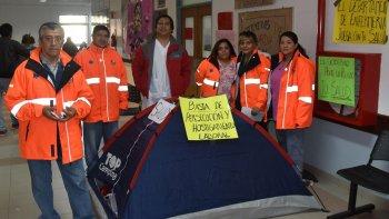 Personal de enfermería del servicio de emergencias que fue desplazado hacia otras áreas, instaló ayer una carpa en el hall del Hospital Zonal reclamando su reincorporación.