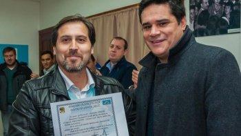En la localidad de Los Antiguos, Martín Chávez hizo entrega de diplomas a quienes participaron de un taller de capacitación sobre desastres ambientales.