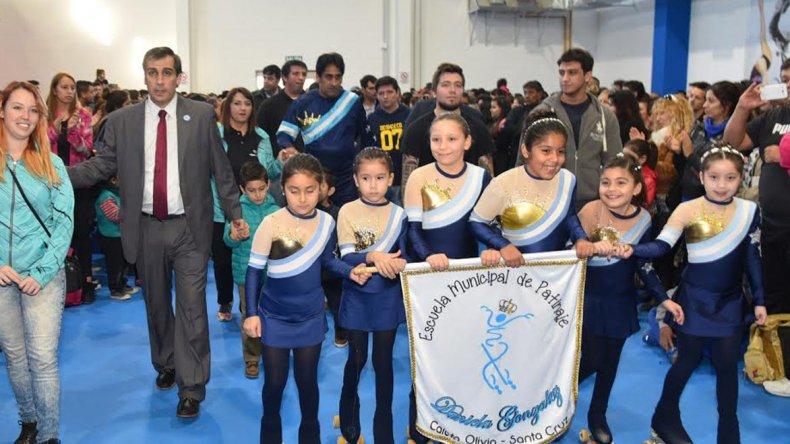 El intendente Facundo Prades fue acompañado por un grupo de precoces patinadoras y familiares de la recordada instructora Daniela González.