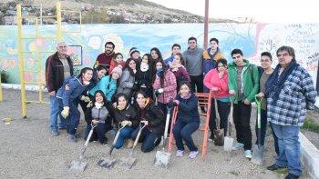 Estudiantes del Colegio Santo Domingo Savio limpian y reacondicionan la Guardería Los Grillitos.