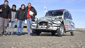 El escritor Javier Bustelo de la Riva -primero de derecha a izquierda- quiere unir Tierra del Fuego con Alaska en un Citroën 3CV.