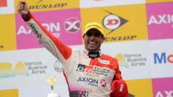 Gabriel Ponce de León festeja en el podio su victoria lograda ayer en la Top Race V6.