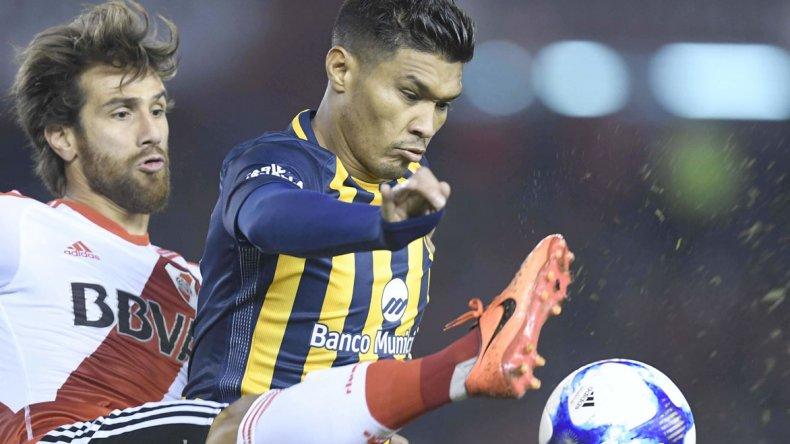 Leonardo Ponzio disputa el balón con Teófilo Gutiérrez en el partido jugado anoche en el Monumental.