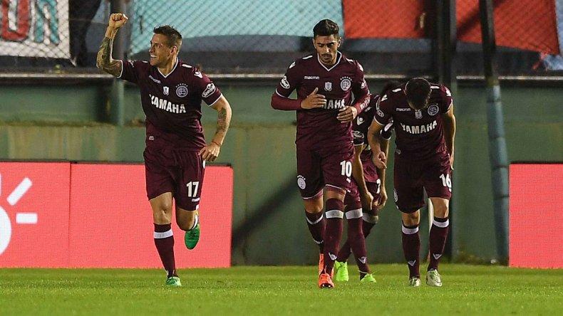 Germán Denis festeja uno de sus dos goles junto a sus compañeros.