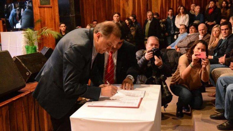 Linares firmó el rechazo a la central nuclear pero no a la megaminería