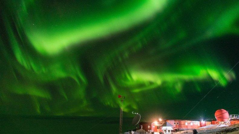 Increíbles imágenes de una aurora austral en la Antártida Argentina