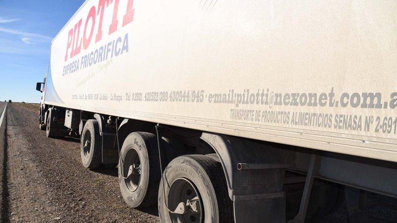El camión quedó inutilizado luego de que los delincuentes le cortaran el sistema hidráulico. Cuando el chofer intentó moverlo