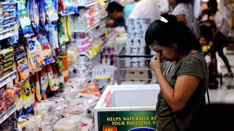 La mayoría de los argentinos cree que la inflación está fuera de control.