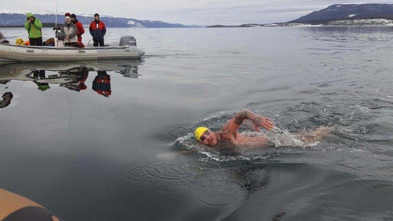 Sebastián Rodríguez tiene 34 años y cruzó a nado el Canal Beagle.