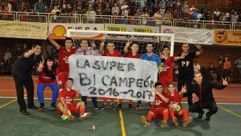 El plantel de La Super festejando el título logrado el fin de semana en Misiones.