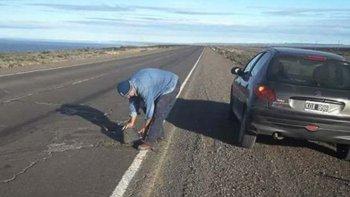 El enfermero caletense Esteban Vega tomó la responsabilidad de prevenir accidentes y se ocupó de reparar algunos baches en el deteriorado tramo de la Ruta 3.