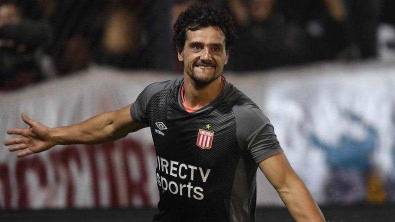 Matías Aguirregaray festeja uno de sus dos goles que le anotó anoche a Unión.