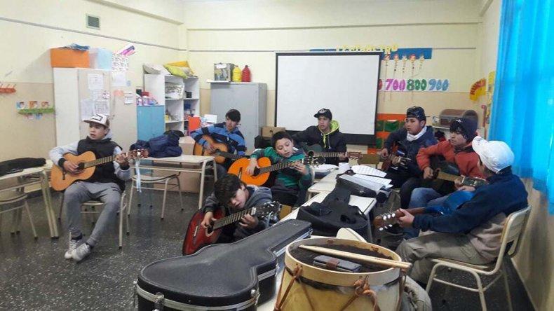 jóvenes y niños de las localidades de Paso de Indios y Cerro Cóndor participaron en el inicio del programa de capacitaciones Estaciones de Arte y Patrimonio.