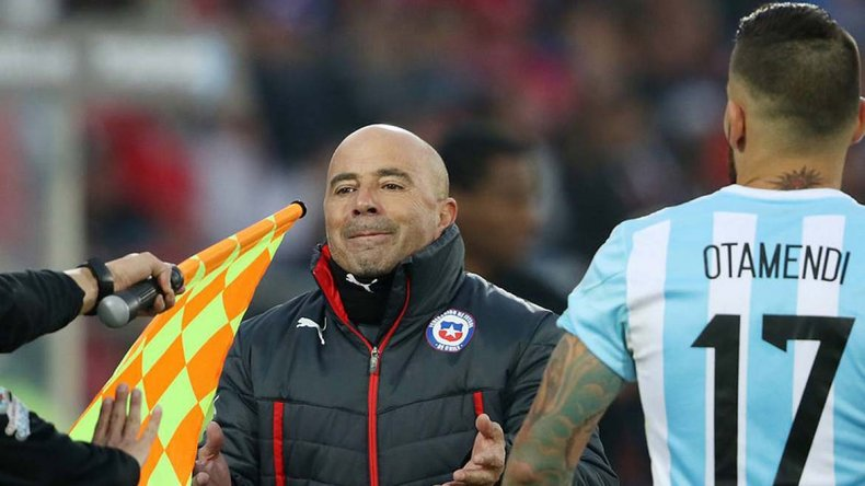 Jorge Sampaoli dirigiendo a Chile contra Argentina