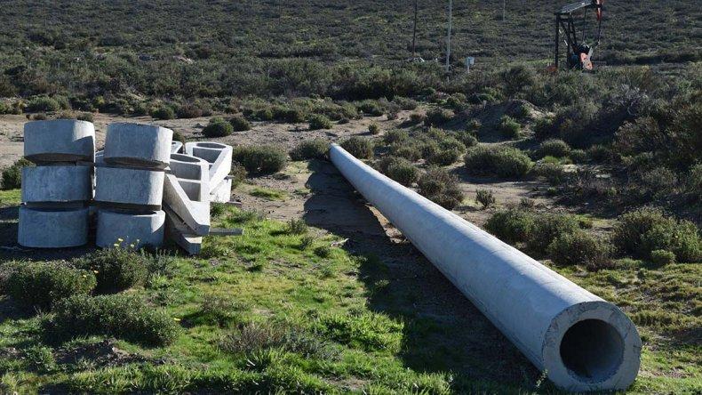 Gran parte del material que se utilizará en el tendido de la línea de 132 kV se encuentra esparcido a lo largo de la traza de 53 kilómetros que va desde Pico Truncado hasta Caleta Olivia.