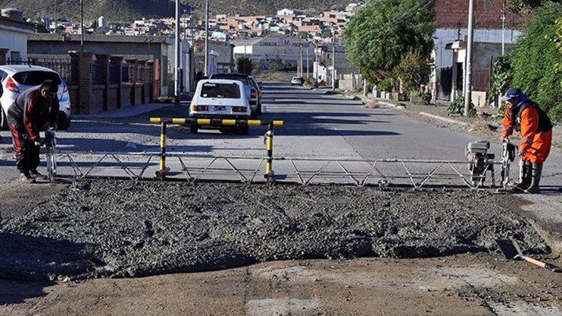 Esta semana se reparó el pavimento hormigonado en la esquina de las calles Malvinas y San José Obrero.