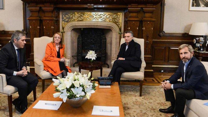 Alicia Kirchner y el vicegobernador Pablo González fueron recibidos ayer en la Casa Rosada por Mauricio Macri y el ministro Rogelio Frigerio (n).
