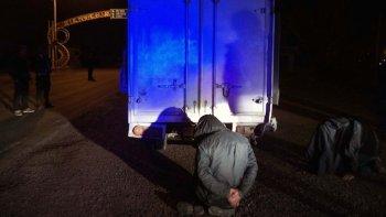 El momento de la detención de los cuatro ocupantes del pequeño camión sobre la Ruta 26 en el acceso a Sarmiento.