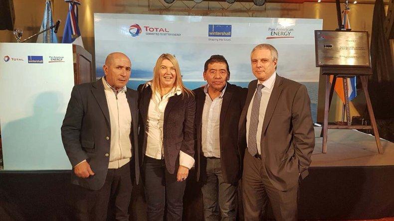 José Llugdar con la gobernadora fueguina y directivos petroleros.