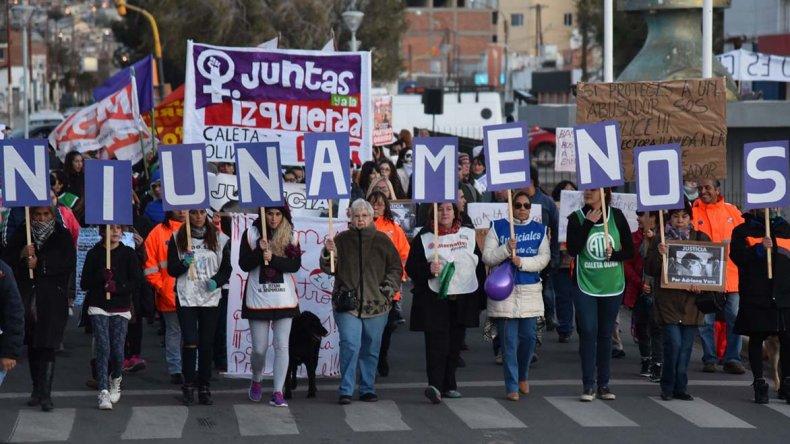 {altText(A pesar de las adversas condiciones climáticas, la comunidad de Caleta Olivia se sumó a la marcha nacional #NiUnaMenos.,En Caleta Olivia también se reclamó por #NiUnaMenos)}