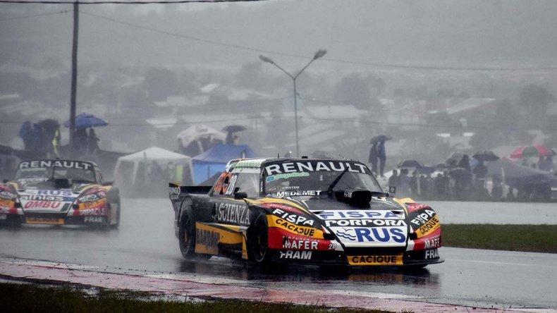 Emiliano Spataro se quedó con el triunfo en el autódromo Rosamonte donde el TC corrió la sexta fecha del campeonato bajo una intensa lluvia.