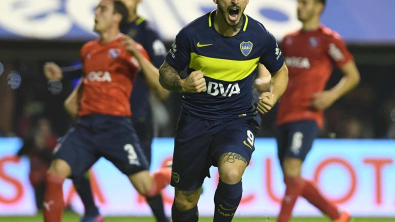 Darío Benedetto festeja el primer gol de Boca anoche en La Bombonera ante Independiente.
