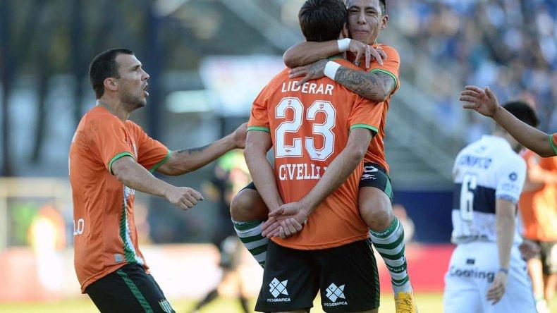 Renato Civelli se abraza con Brian Sarmiento y se une al festejo Nicolás Bertolo en el partido jugado ayer en la cancha de Gimnasia.