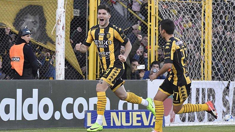 Fernando Coniglio festeja uno de los dos goles que le anotó ayer a Huracán.