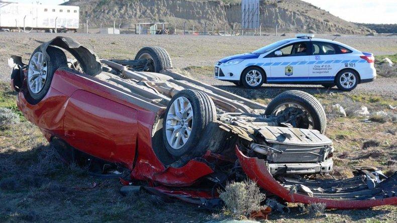 El primero de los accidentes se produjo frente a la planta de ósmosis inversa y fue protagonizado por un Hyundai Génesis ocupado por tres personas.