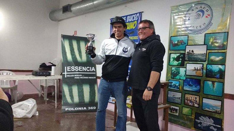 Javier Núñez –izq– fue el mejor cazador de la 1ª fecha de Pesca Submarina que se desarrolló el domingo en Rada Tilly.