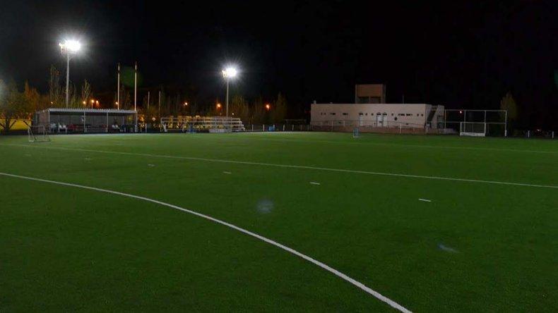 La cancha de arena de hóckey de Comodoro Rugby Club ya cuenta con un sistema de iluminación de calidad.