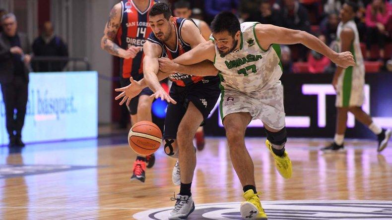 Diego Romero y Matías Calfani buscan recuperar el balón en el segundo playoff disputado en el Roberto Pando.