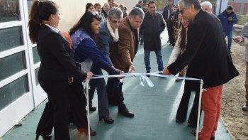 El representante del Consejo de Educación en la localidad de la zona norte provincial y las directoras de ambas escuelas, acompañaron al comisionado de fomento a realizar el tradicional corte de cintas.