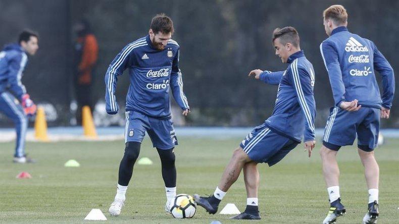 Lionel Messi y Paulo Dybala durante el entrenamiento que el plantel realizó ayer en Melbourne.