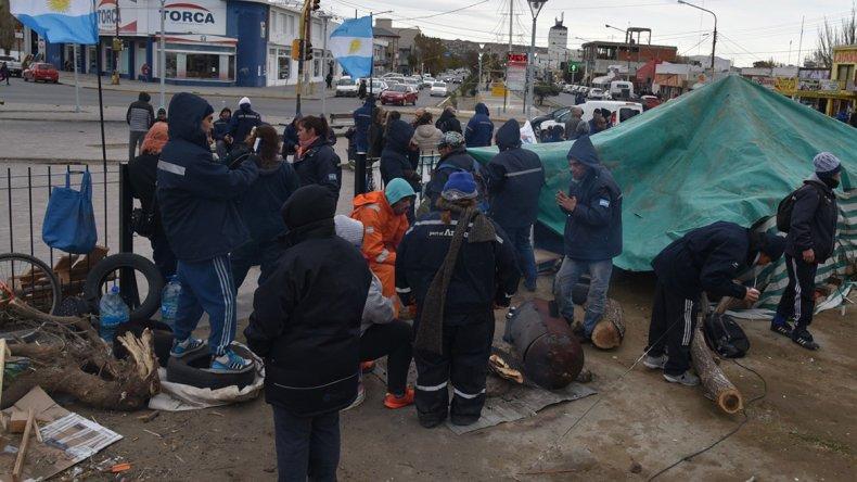 Los operarios de la Fundación levantaron el campamento y el corte de ruta después de recibir el compromiso de las autoridades de que hoy les abonarán los sueldos adeudados.