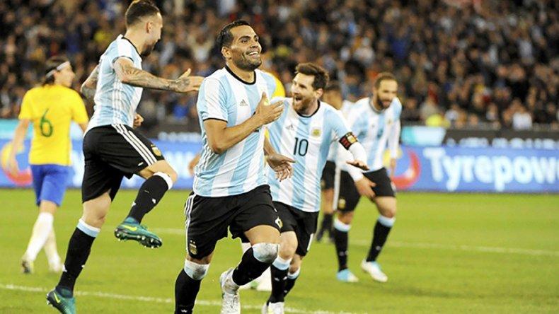 El defensor madrynense Gabriel Mercado festeja el gol argentino ayer ante Brasil.