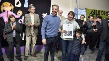 El vicegobernador Mariano Arcioni entregó ayer viviendas a17 familias y títulos de propiedad.